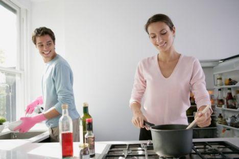 """Kadınlar saç şekillerini, giyim tarzlarını ya da cep telefonlarını ikide bir değiştirirken, erkekler var olandan kopamaz ve ona sıkı sıkıya bağlanırlar. Onların arkadaşları, kıyafetleri veya en tercih ettikleri içki asla değişmez, iyi çevresi olan arkadaşları yerine kılıksız ve silik eski okul arkadaşları ile görüşmeyi tercih ederler. 15 yaşından beri içtikleri biradan şaraba geçmeleri bile son derece zordur. İşte iki cinsi ayıran en önemli ve tartışmaya açık özelliklerden birisi de budur. Modayı takip eden, dinamik genç kadın, """"Eski iç çamaşırlarını çöpe attım ve sana yeni Calvin Klein iç çamaşırları aldım"""" derken, eski kafalı erkek: """"İnanmıyorum! En sevdiklerim! Neden beni değiştirmeye çalışıyorsun?"""" diye tepki verebilir."""